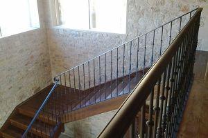 Barandilla en forja industrial para escalera de madera