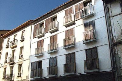 Balcones de fachada y portal para bloque de pisos