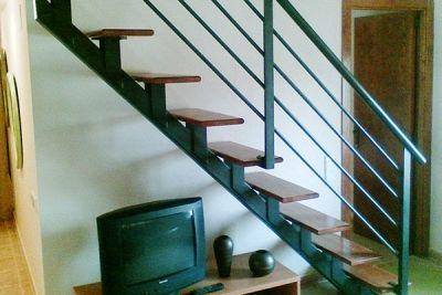 Escalera mixta en madera y metal para vivienda unifamiliar