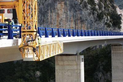 Suministro y montaje de imposta metálica lacada para viaducto