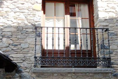 Barandilla en forja industrial para balcón de casa rústica
