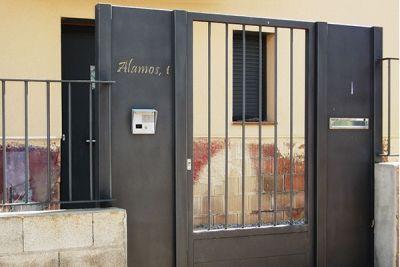 Puerta enrejada para vivienda particular