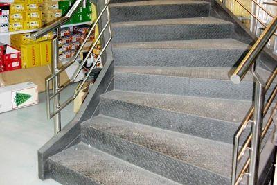 Escalera metálica integral en centro comercial