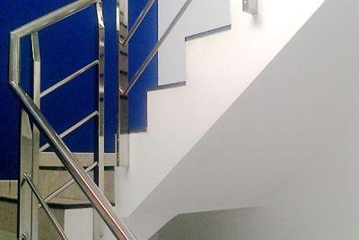 Barandilla interior de acceso a oficinas