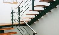 Escalera mixta en madera y metal para oficina