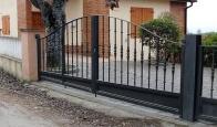 Puerta metálica con cercado para finca particular